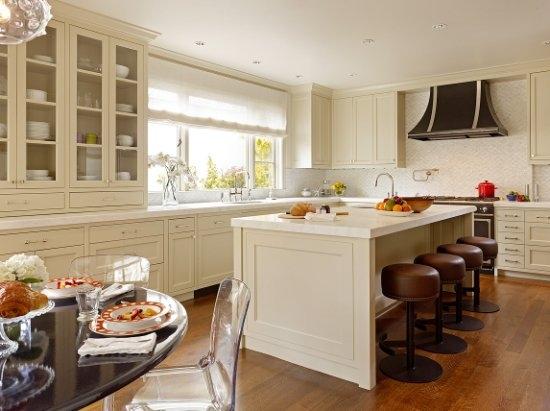 Se a cozinha for pequena, opte por cores suaves e tecidos leves para